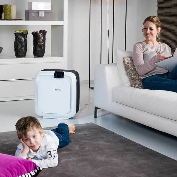 Picture of a mother and her child sitting in the same room with an air purifier humidifier